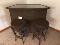 Wicker dry bar w/ 2 stools and glass top