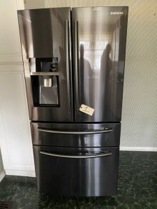 Samsung French style refrigerator water/ice in door, clean and ready to go!