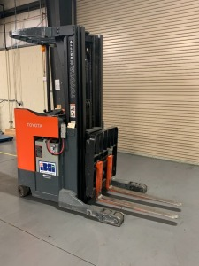 Toyota reach truck/lift - works - w/ PlusOne charger - 18ft. Mast height 7,285 hours