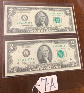 2 bicentennial 2 dollar bills 1776-1976 - signing of declaration of Independence on back